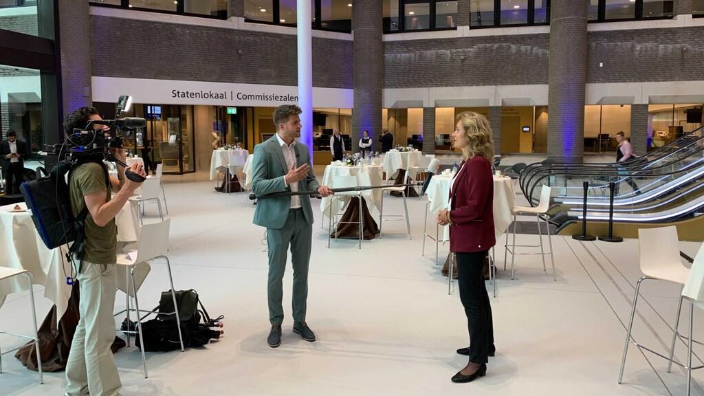Bergkamp wordt geïnterviewd door een cameraploeg voorafgaand aan de opening van het parlementaire jaar.