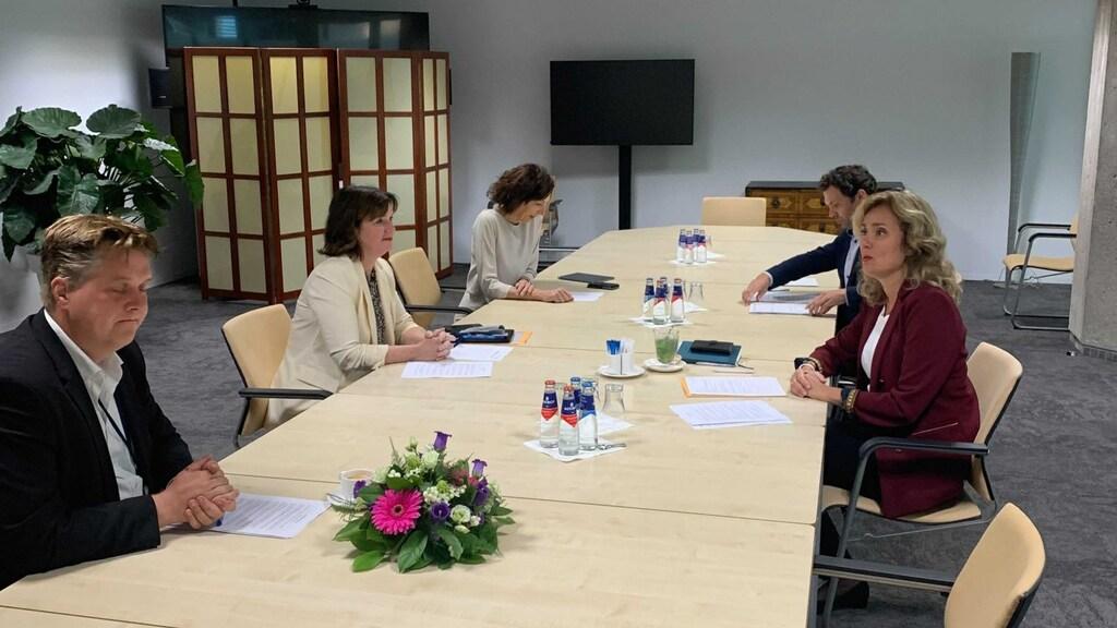 Bergkamp en de griffiers bespreken de selectie van de vragen die worden behandeld in het Vragenuur.
