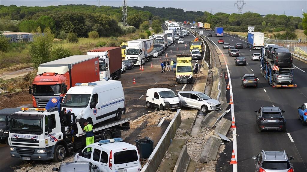 Chaos op een ondergelopen snelweg tussen Nîmes en Montpellier.