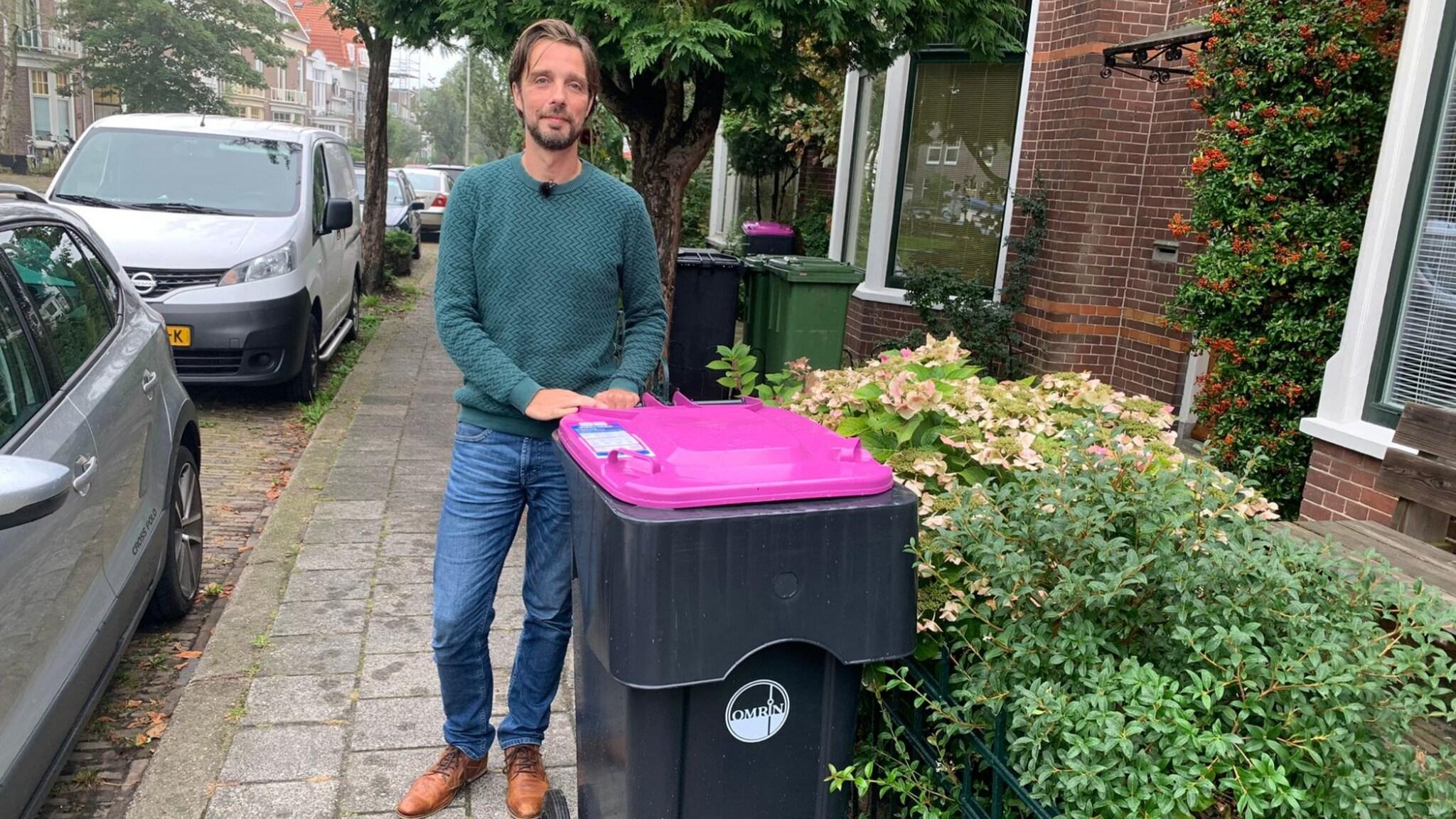 Bewoners Leeuwarden boos om fuchsia afvalbakken: 'Het triggert'
