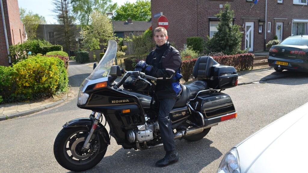 Een van zijn hobby's: motorrijden.