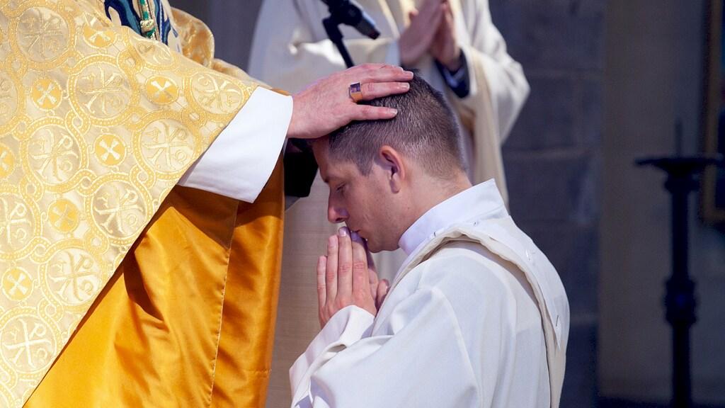 Tijdens zijn priesterwijding.