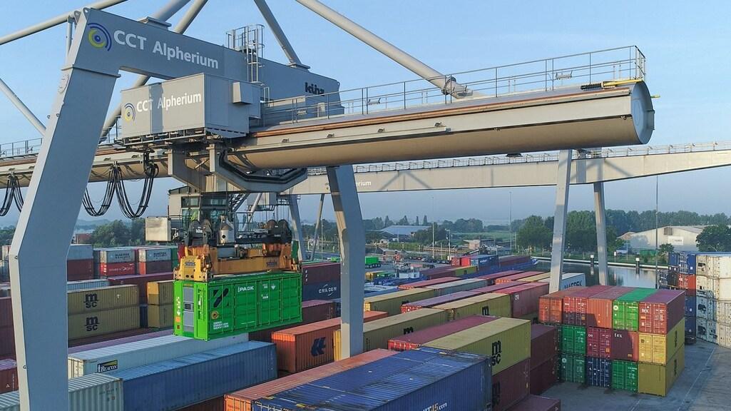Een container vol met accu's wordt aan boord getild.