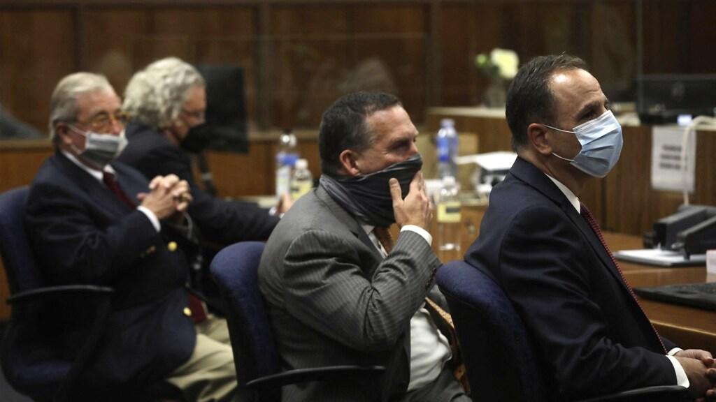 De aanklager en de verdediging luisteren aandachtig naar het vonnis dat wordt voorgelezen. Robert Durst werd schuldig bevonden aan moord op een oude vriendin Susan Berman.
