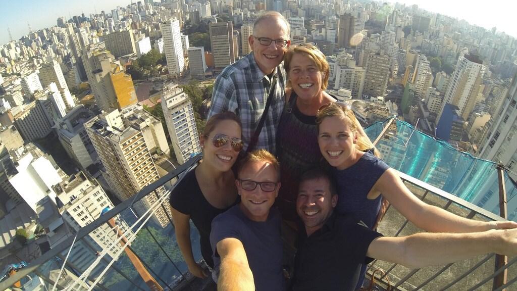 Sandra met haar vader, moeder, zus, zwager en Marc met uitzicht over São Paulo tijdens een familievakantie in Brazilië in 2014.