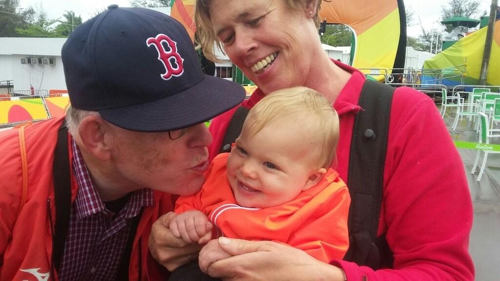 Ouders van Sandra met haar oudste dochter tijdens de Olympische Spelen.