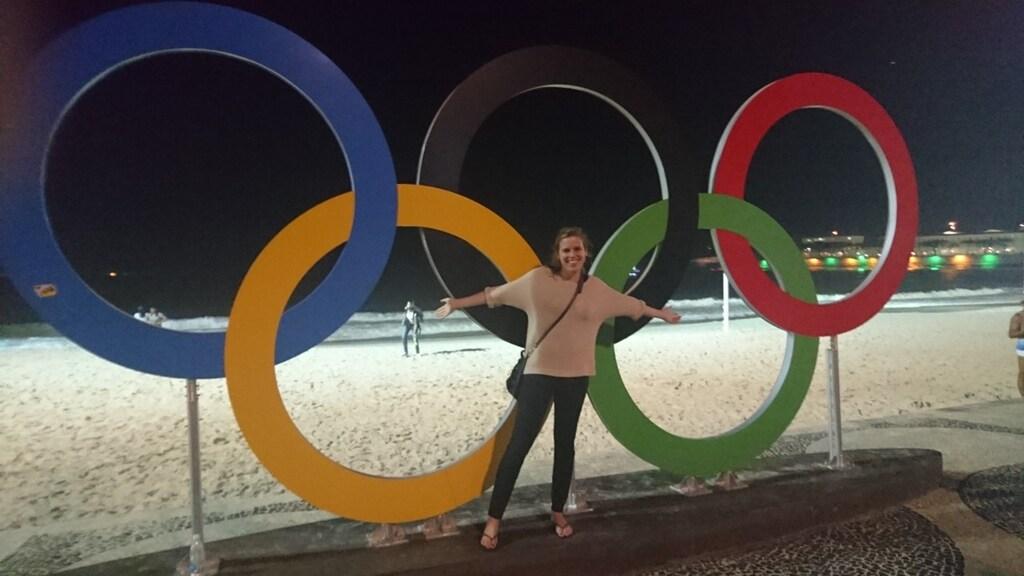 Sandra met de Olympische ringen op de achtergrond op de Copacabana in Rio de Janeiro.