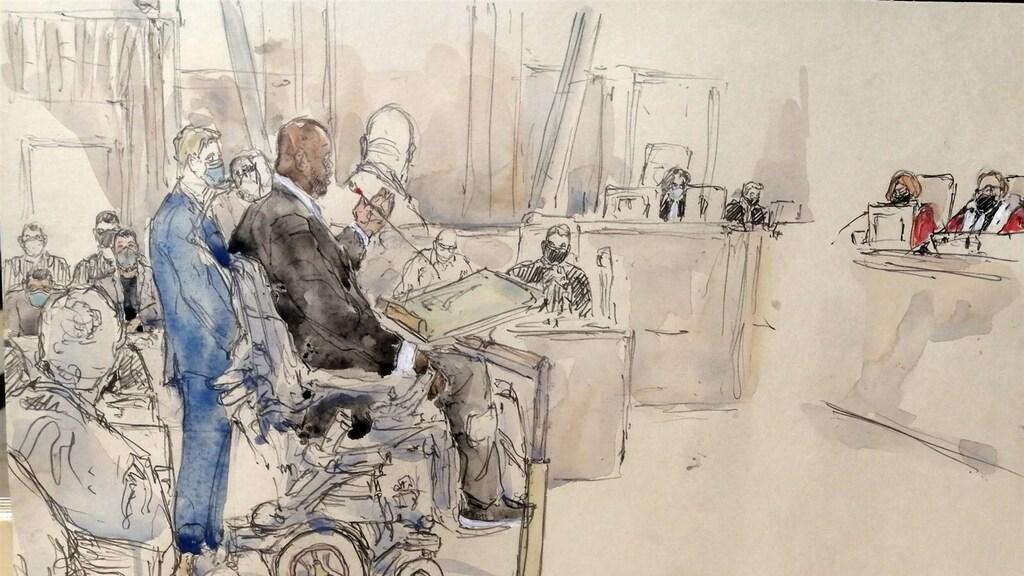 Bilal Mokono vertelt zijn verhaal aan de rechtbank.