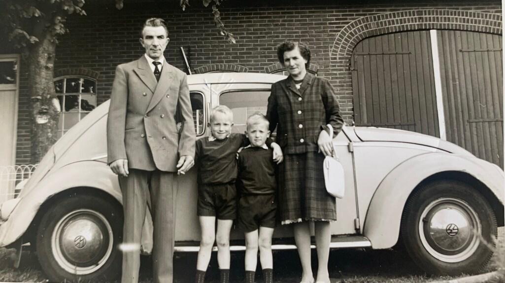 Geert met zijn tweelingbroer en zijn ouders.