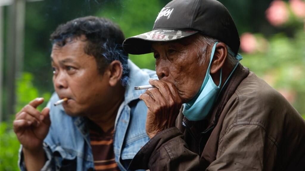 Wat deze mannen doen, doen veel Indonesiërs: 34 procent van de bevolking rookt.