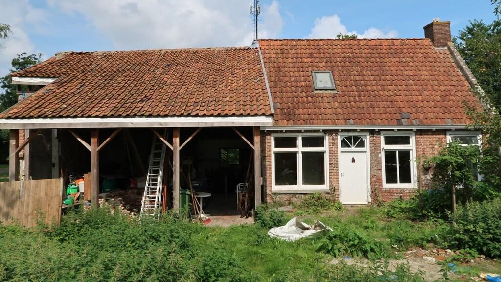 Vooraanzicht van de woonboerderij