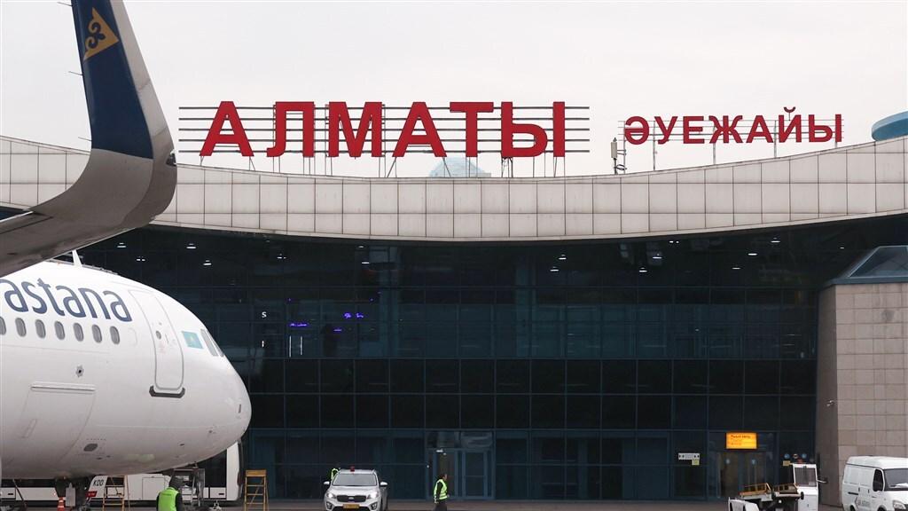 Aron Atabek werd naar de luchthaven van Almaty gebracht. Daar wachtten enkele tientallen aanhangers hem op.