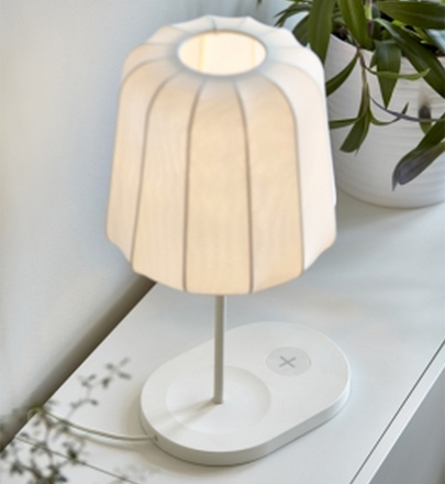 Deze ikea tafels en lampen laden je gadgets draadloos op for Lampen laden