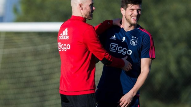 Ten Hag knuffelt Huntelaar