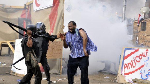 Leger opent vuur op stenengooiers Caïro