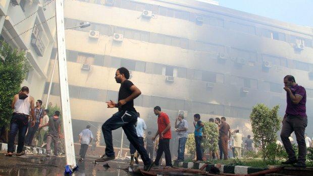 Morsi-aanhangers zetten regeringsgebouw in brand