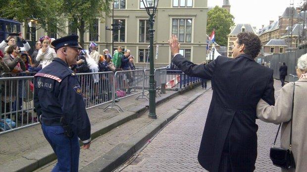 Dijsselbloem enthousiast begroet op weg naar Binnenhof