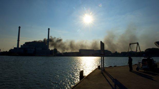 De rook is van grote afstand te zien