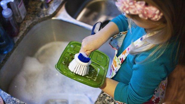 'Ik kan mijn dochter van 6 toch niet de afwas laten doen?'