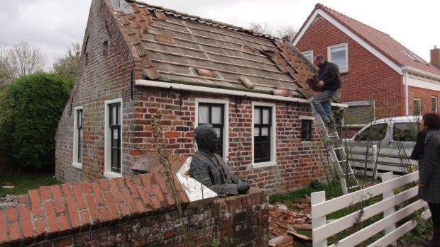 Middeleeuwse dakpannen van monument gewaaid