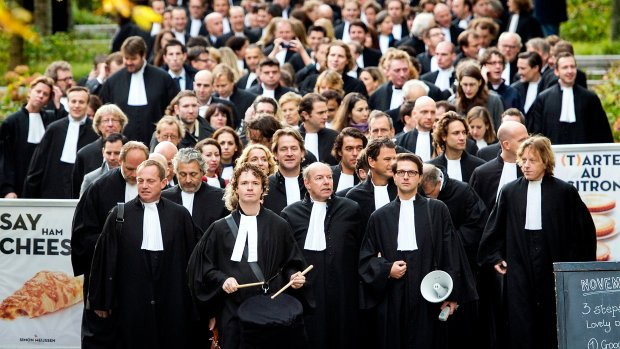 Kamer: Opnieuw kijken naar bezuinigingen advocatuur