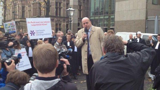 Teeven tegen advocaten: niet meteen boe roepen