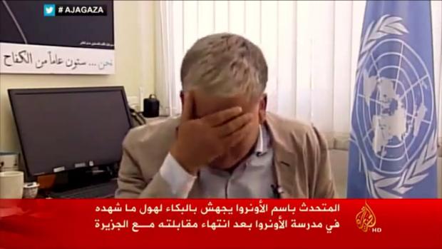 VN-medewerker barst in huilen uit om gebombardeerde school