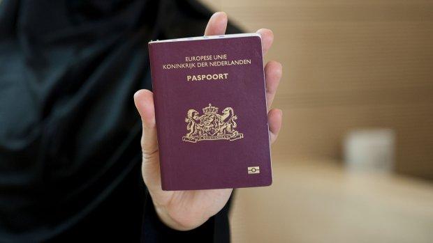 Drie criminelen hebben echt paspoort op valse naam