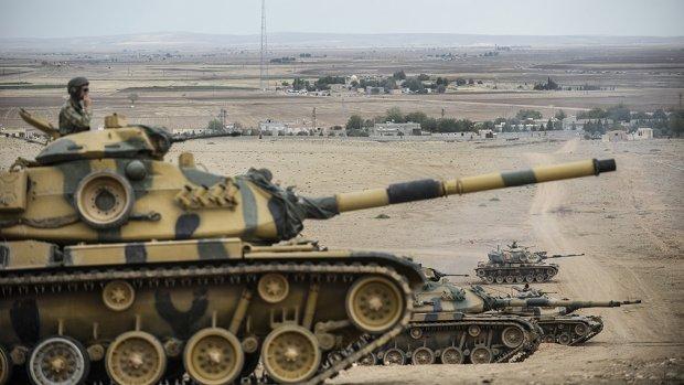 Turkije stuurt 35 tanks naar grens Syrië