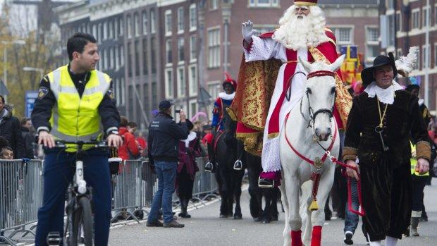 Sinterklaasintocht begeleid door gewapende pieten