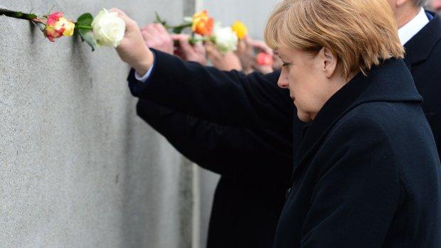 Merkel bij de Muur die 25 jaar geleden ten val kwam