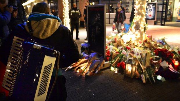 Honderden bij stille tocht straatmuzikant