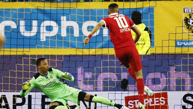 Vitesse met 10 man gelijk tegen Twente