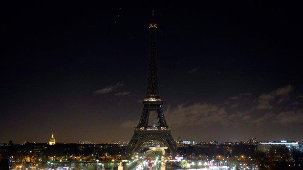 Eiffeltoren op zwart ter nagedachtenis aan slachtoffers