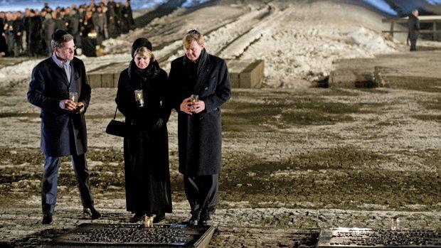 Willem-Alexander en Máxima plaatsen herdenkingskaars