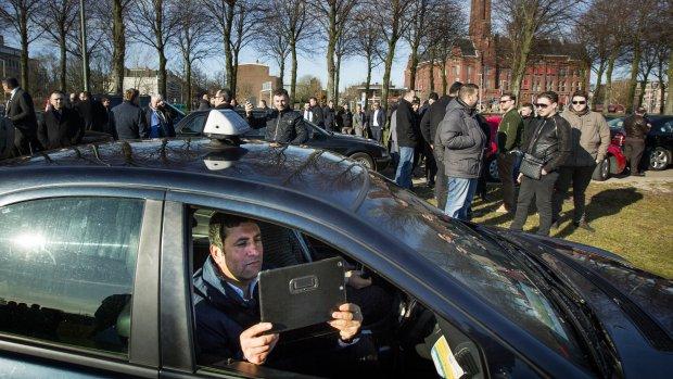 Protesterende taxichauffeurs: Uberpop, donder op
