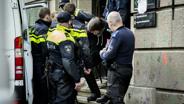 Whatsappen vanuit Bungehuis: 'ME staat voor de deur'