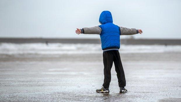 Zware windstoten morgen, storm aan de kust