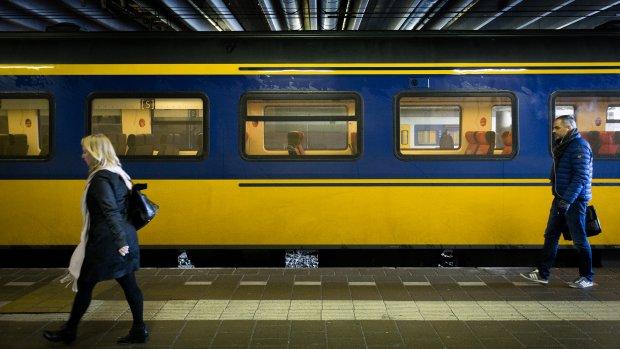 Takken en bomen op rails hinderen treinverkeer