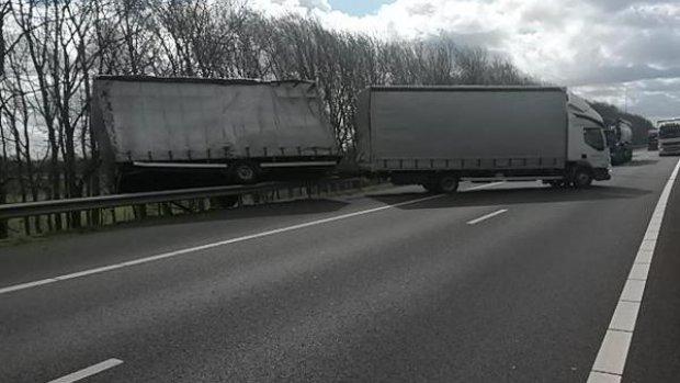 Storm blaast vrachtwagens omver