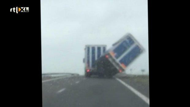 Video: Dit gebeurt er als de wind vat krijgt op een vrachtwagen