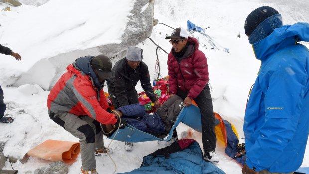 Foto's van Mount Everest: reddingsoperatie in de sneeuw