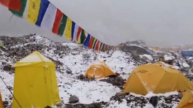 Video: Muur van sneeuw treft klimmers Mount Everest