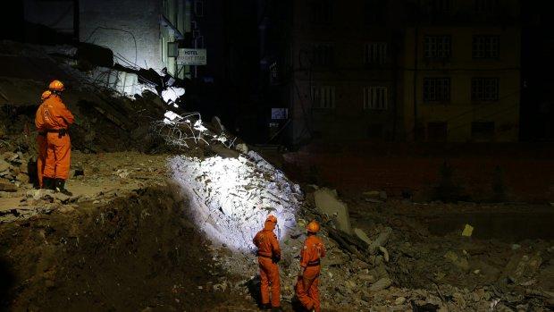 Foto's: Nederlands reddingsteam begonnen met zoeken