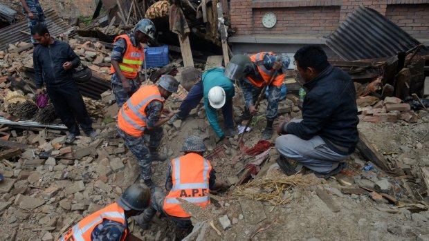'Moeizame samenwerking hulpteams Nepal'
