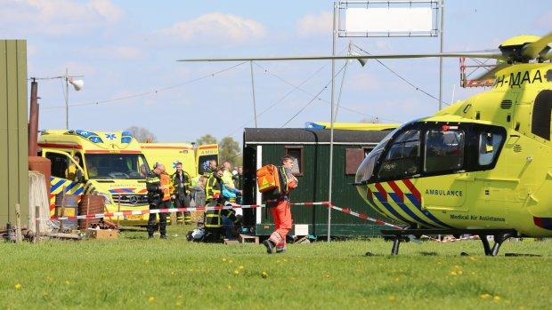Hoogwerker Oosterwolde omgevallen: dode en zeker tien gewonden