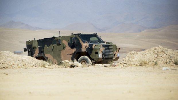 Nederlandse militairen rijden op bermbom in Mali