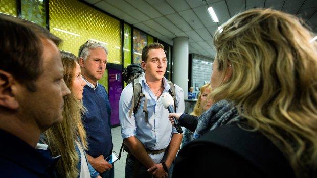 Dylan na 'langste week uit zijn leven' terug op Schiphol