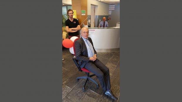 Universiteitsbestuurder krijgt goedkope bureaustoel