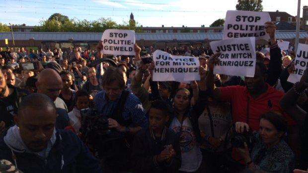 200 betogers bij Haags politiebureau om dood Arubaan